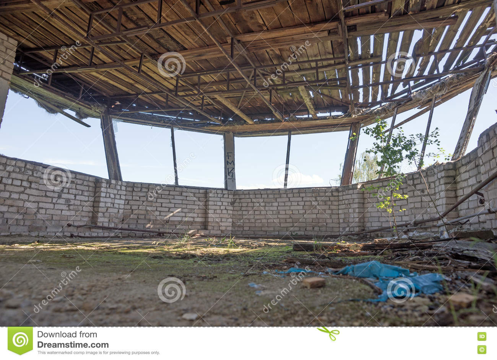finestre rotonde in un complesso abbandonato immagine