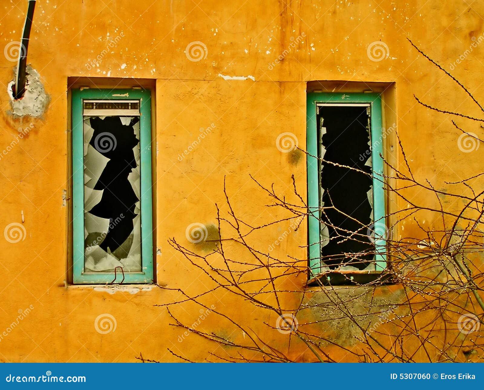 Download Finestre rotte fotografia stock. Immagine di telaio, vandalismo - 5307060