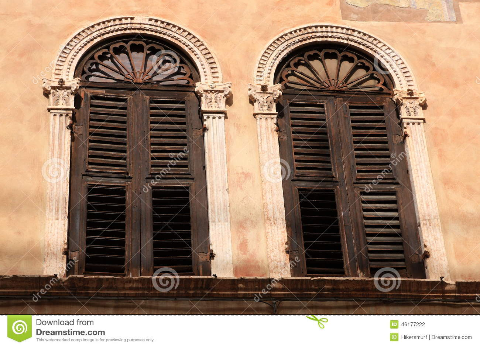 Finestre veneziane fotografia stock immagine 46177222 - Veneziane per finestre ...