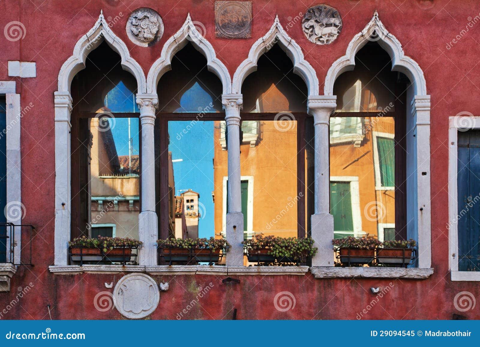 Finestre veneziane caratteristiche fotografia stock libera da diritti immagine 29094545 - Veneziane per finestre ...