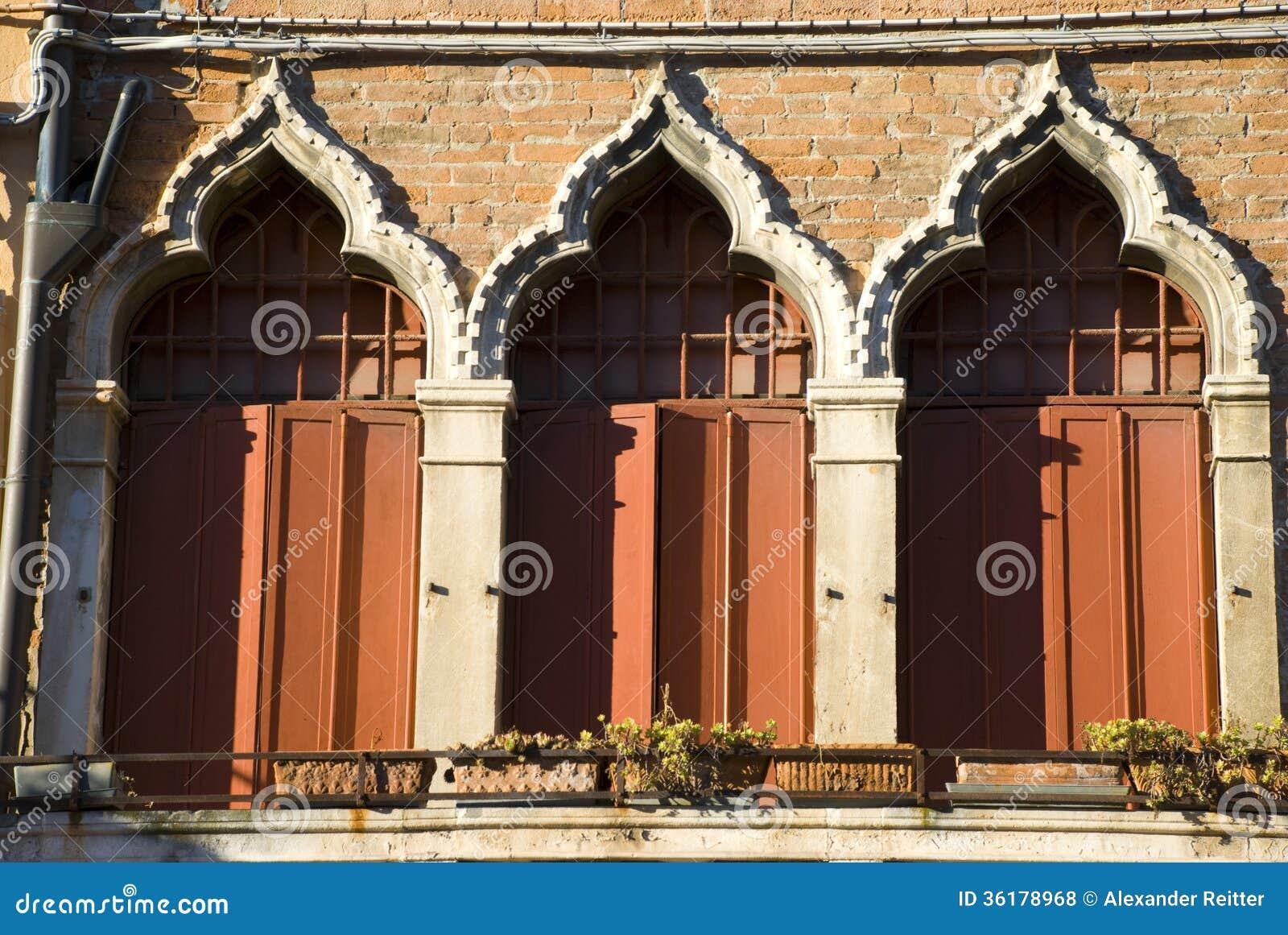 Finestre veneziane rosse italia fotografia stock - Veneziane per finestre prezzi ...