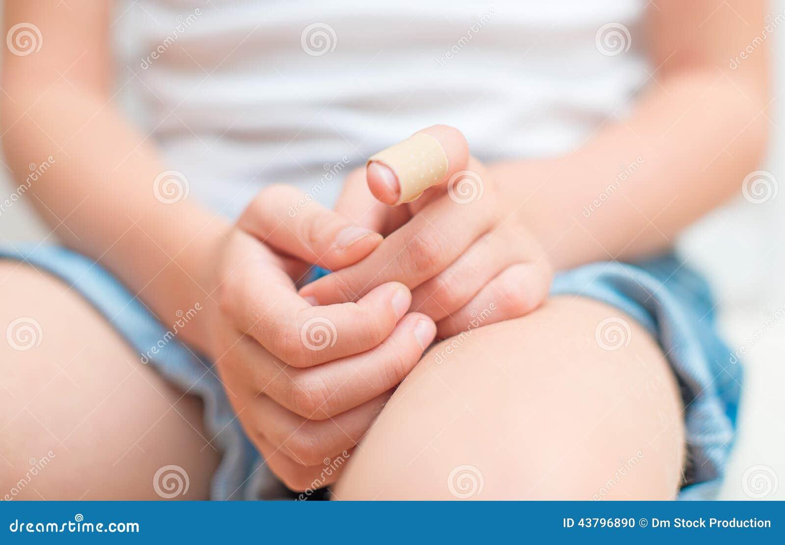 Finger con el vendaje adhesivo
