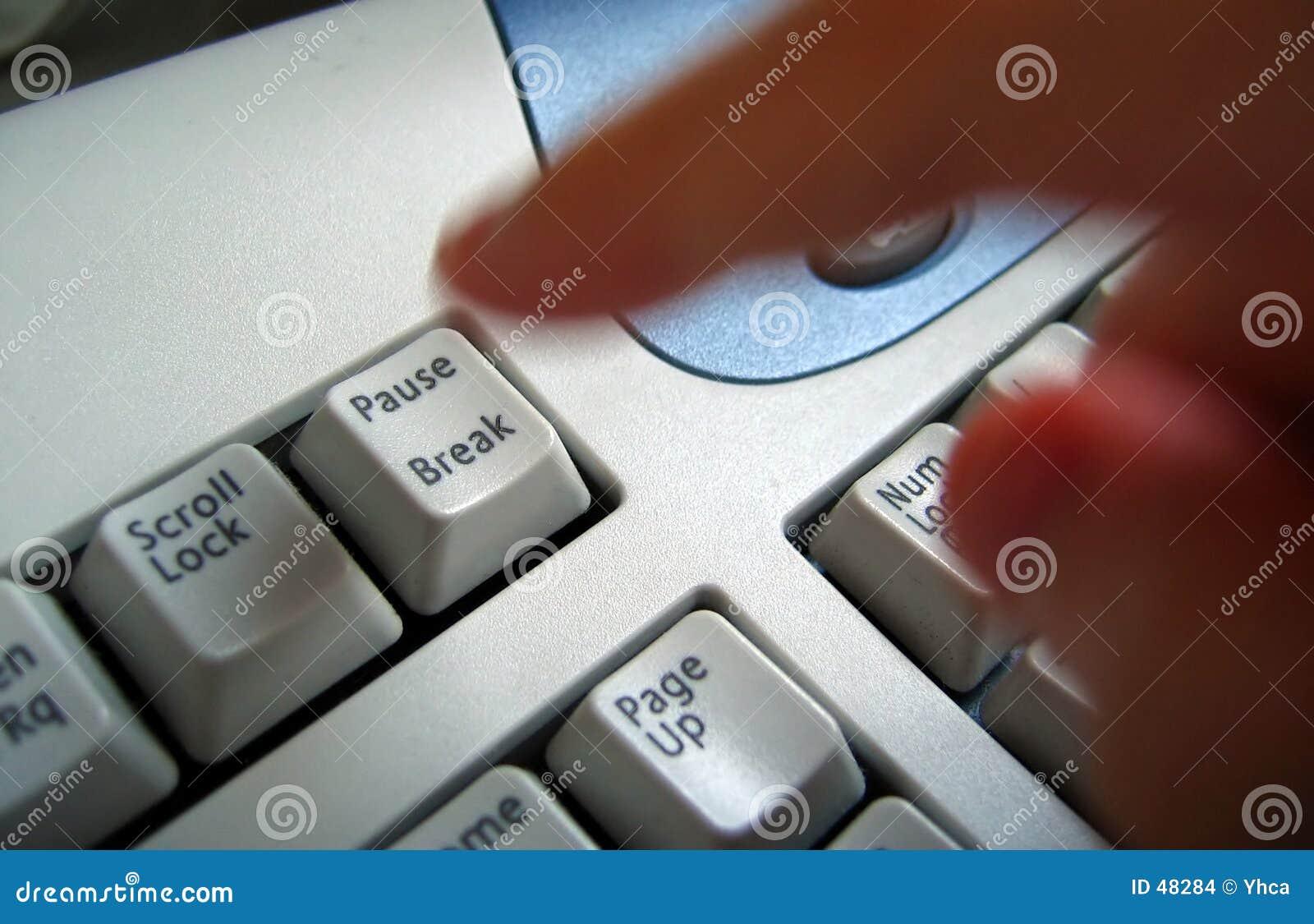 Finger, der Unterbrechungstaste betätigt
