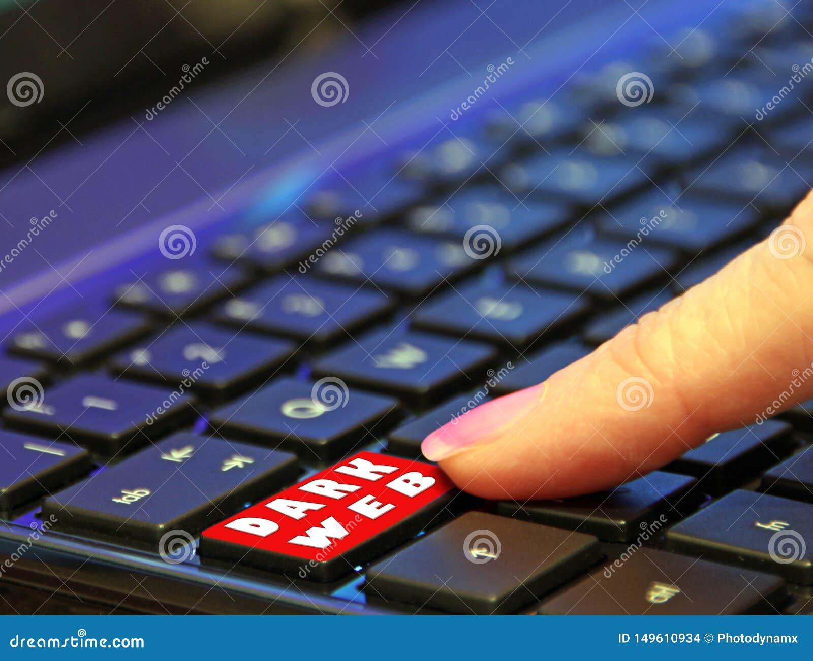 Finger för användare för rengöringsduk faraför online-internet som mörkt trycker på skjuta datoren för röd knapp