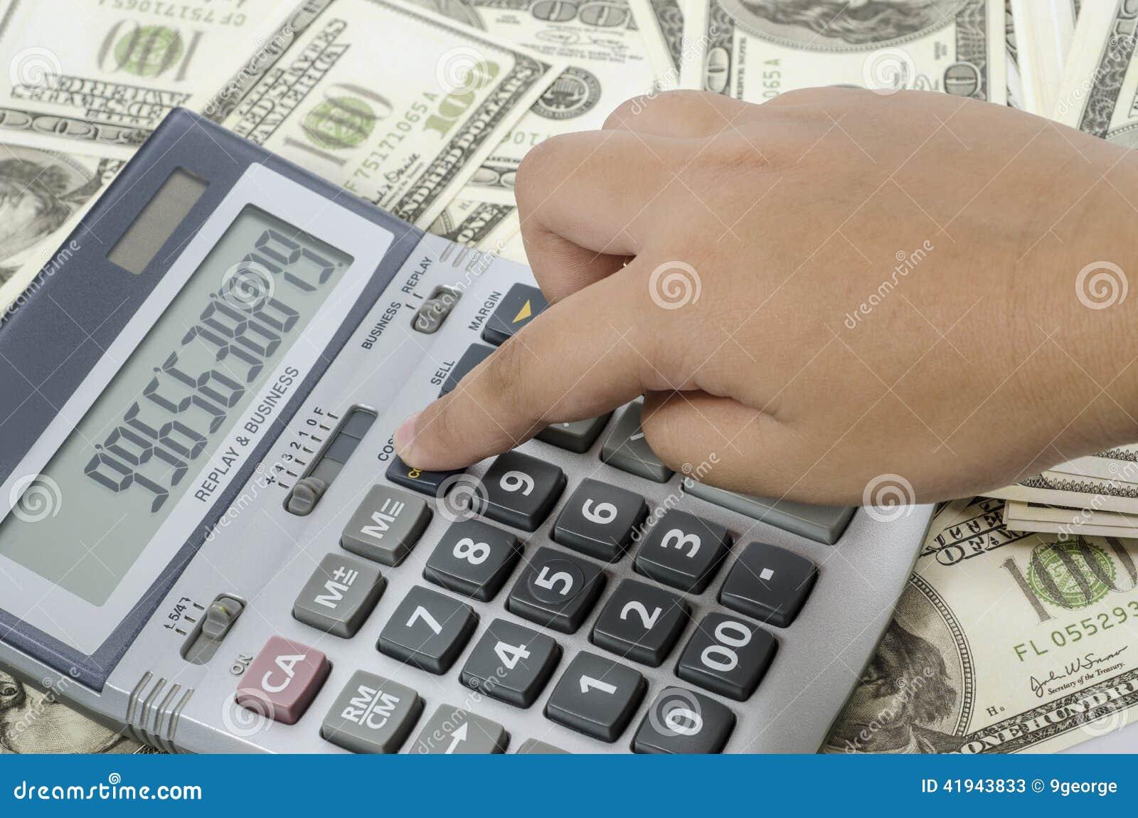 Finger que presiona en una calculadora para calcular el informe financiero
