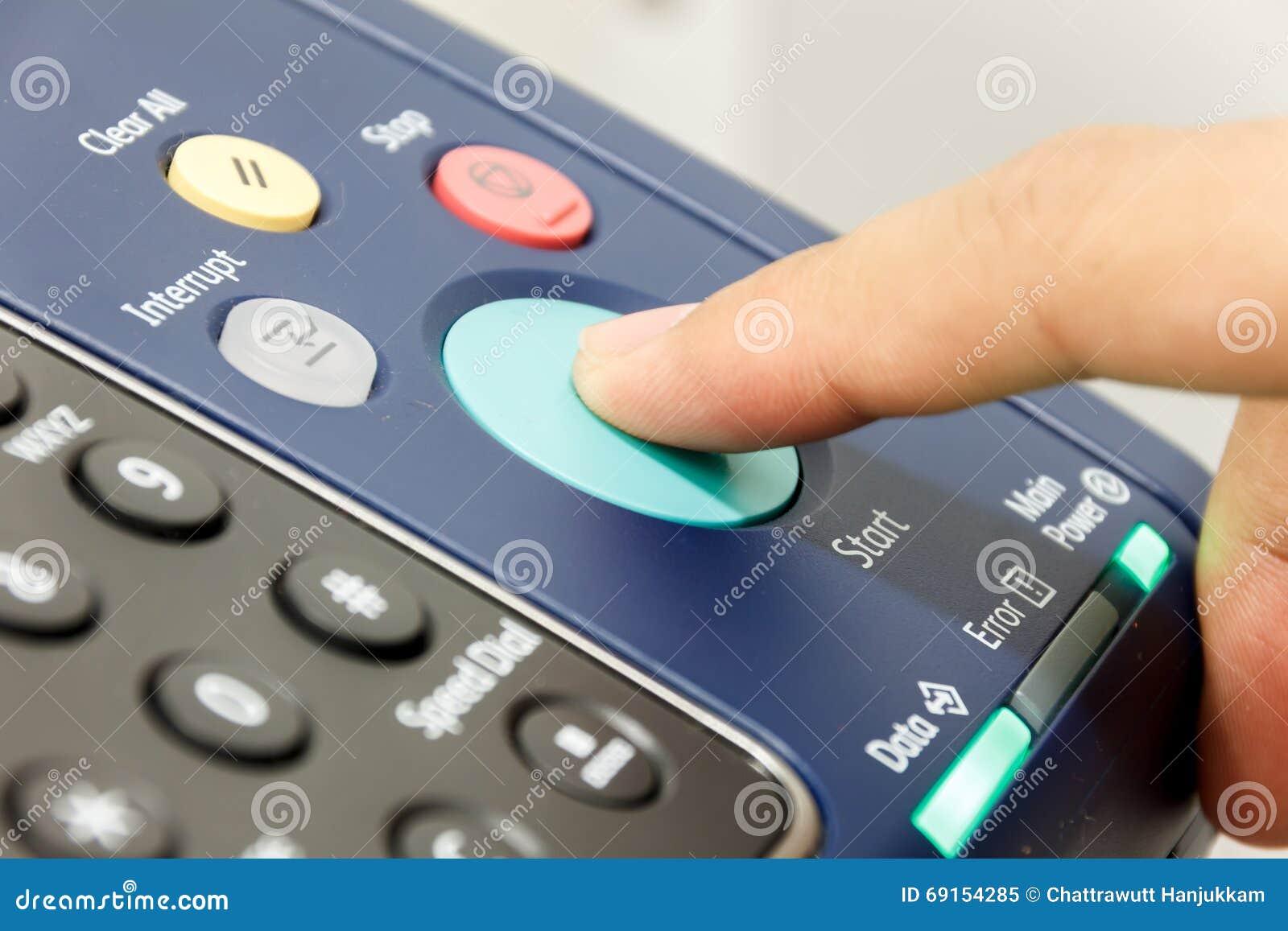 Finger& x27; s iemand duwt de machine van het beginexemplaar