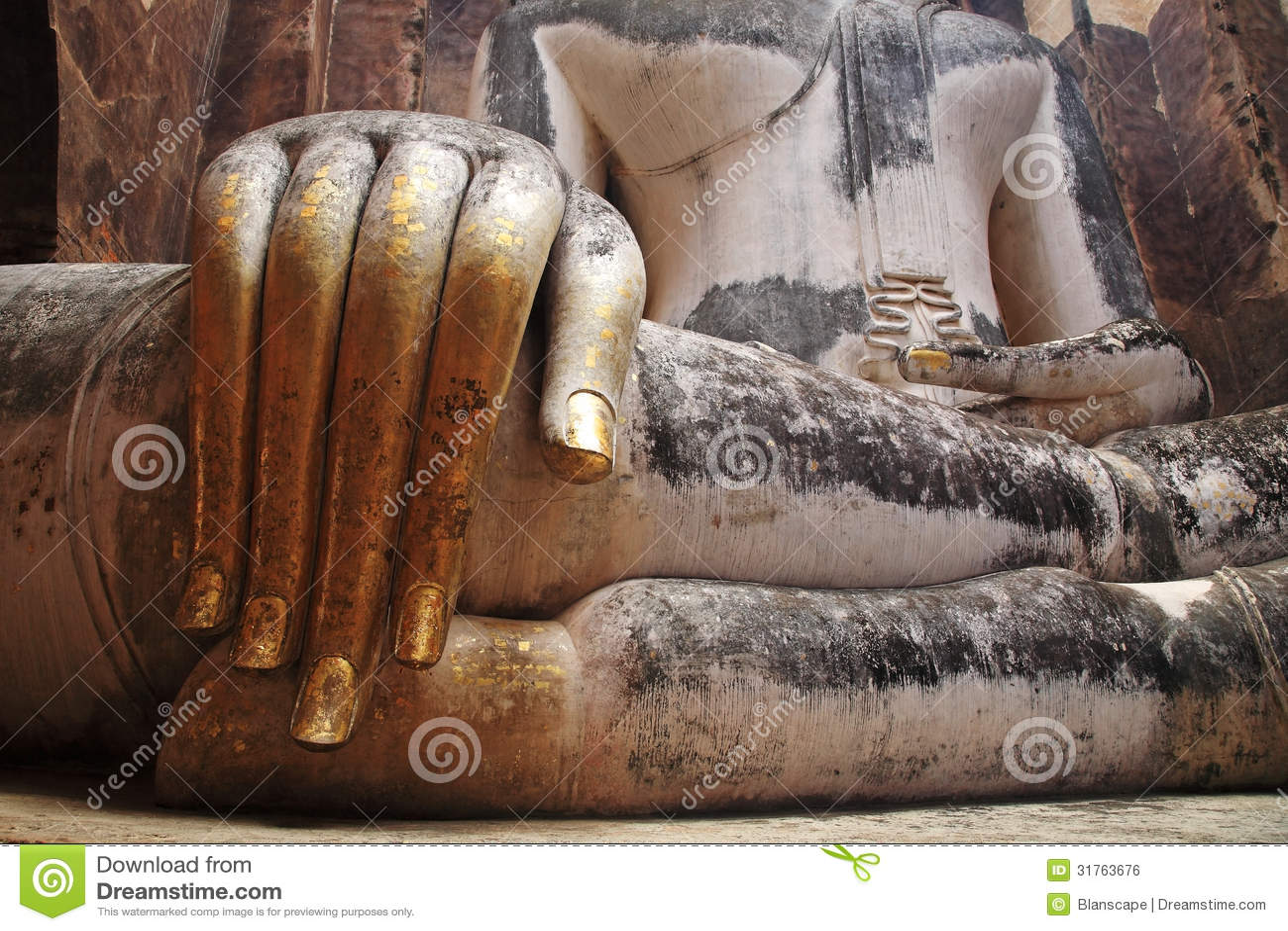Fingeres del oro de la estatua grande icónica de Buda