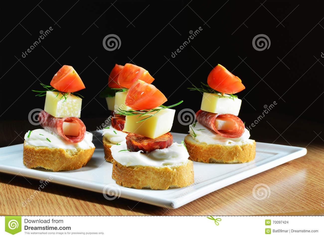 fingerfood k se salami wurstscheiben und tomaten stockfoto bild 70097424. Black Bedroom Furniture Sets. Home Design Ideas