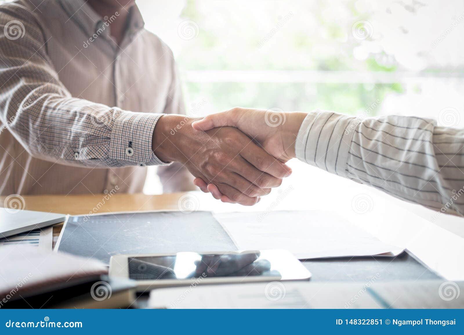 Finissant une r?union, poign?e de main de deux hommes d affaires heureux apr?s l accord contractuel de devenir un associ?, de col