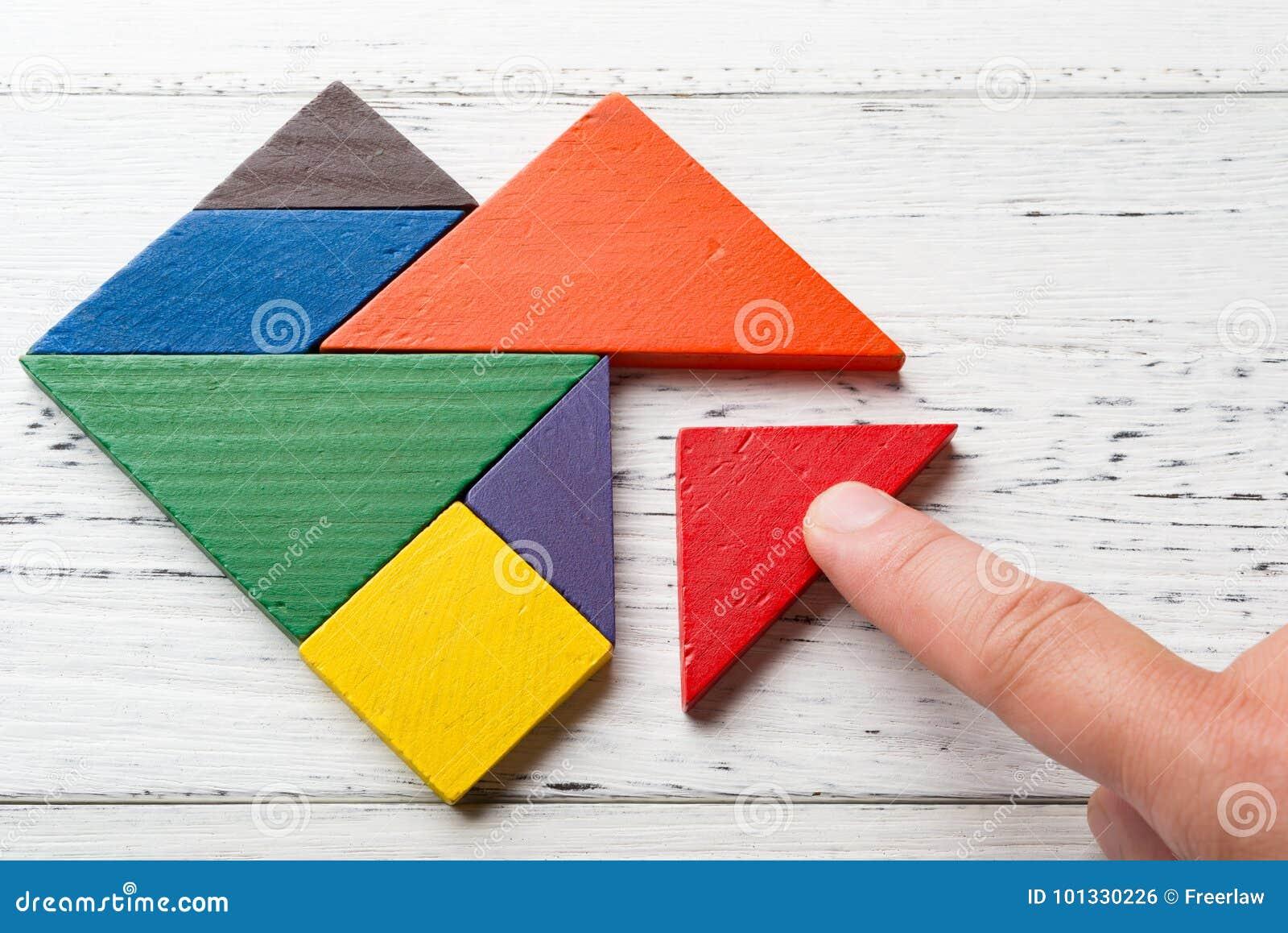 Finitura del pezzo ultimo del tangram di legno in una forma del cuore
