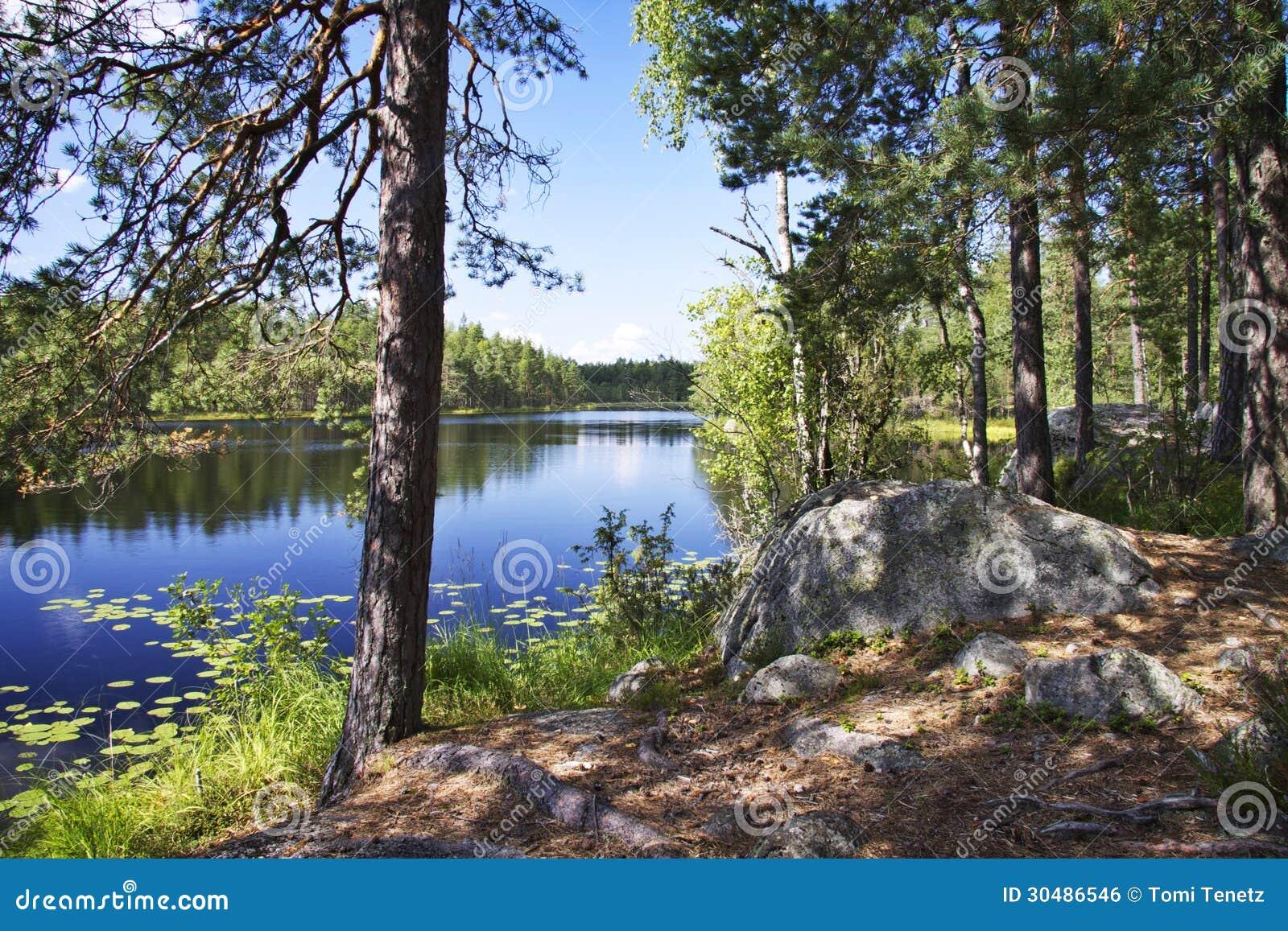Finlandia: Dia de verão por um lago