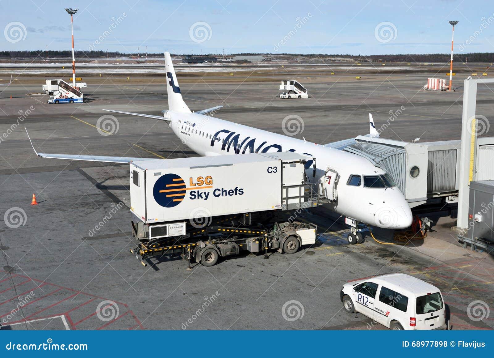 Finnair Embraer 190 en el aeropuerto internacional de Helsinki