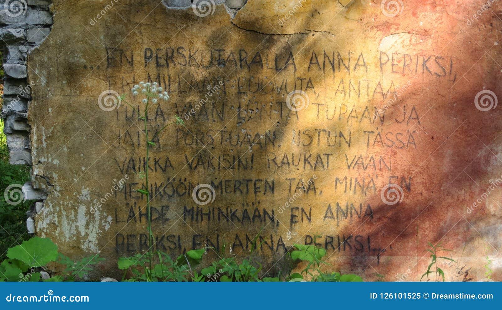 Finse scripture op muur in diep bos