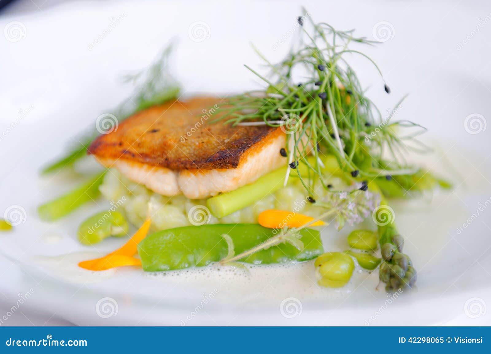 Fint äta middag, forellfiskfilé som paneras i örter, och krydda