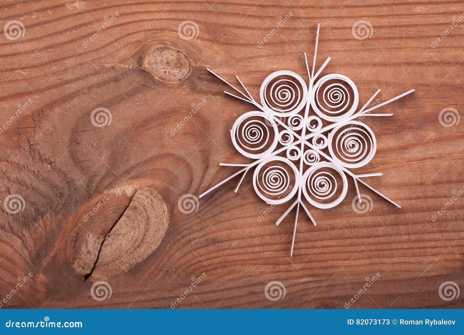 Fiocchi Di Neve Di Carta Modelli : Fiocco di neve di carta fatto con la tecnica quilling su una