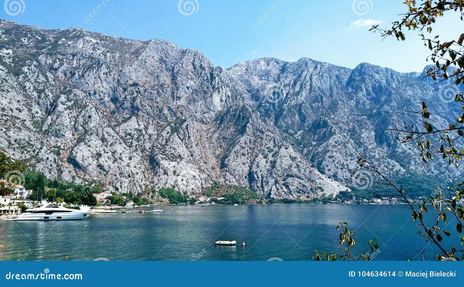 Download Fiord in Montenegro stock foto. Afbeelding bestaande uit hemel - 104634614
