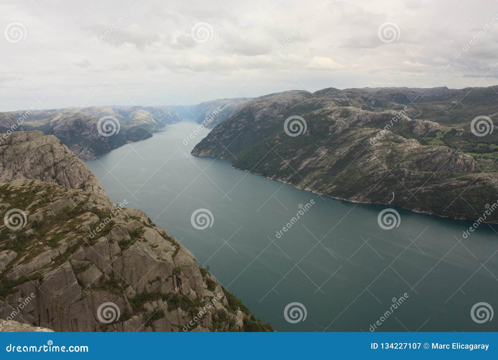 Fiorde impressionante e Preikestolen de Lysefjord em Noruega Escandinávia