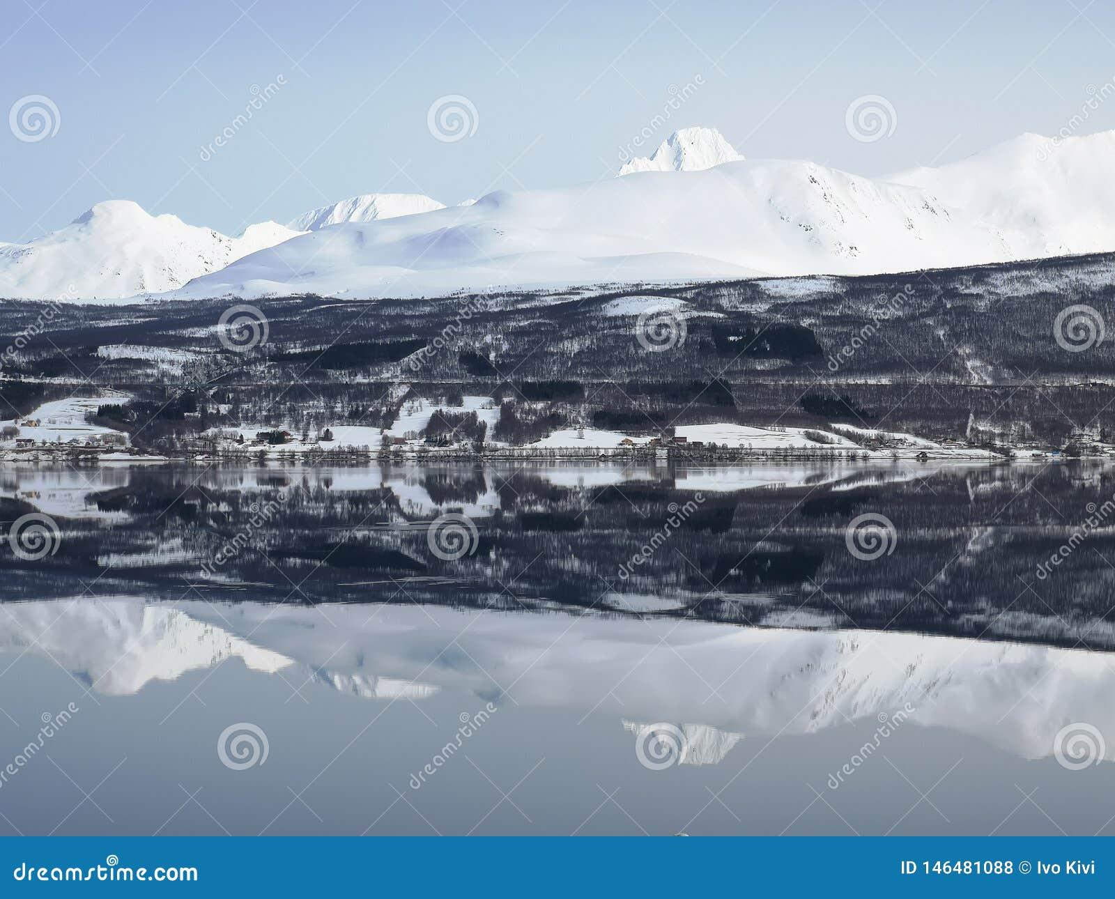 Fiordo del espejo de Noruega