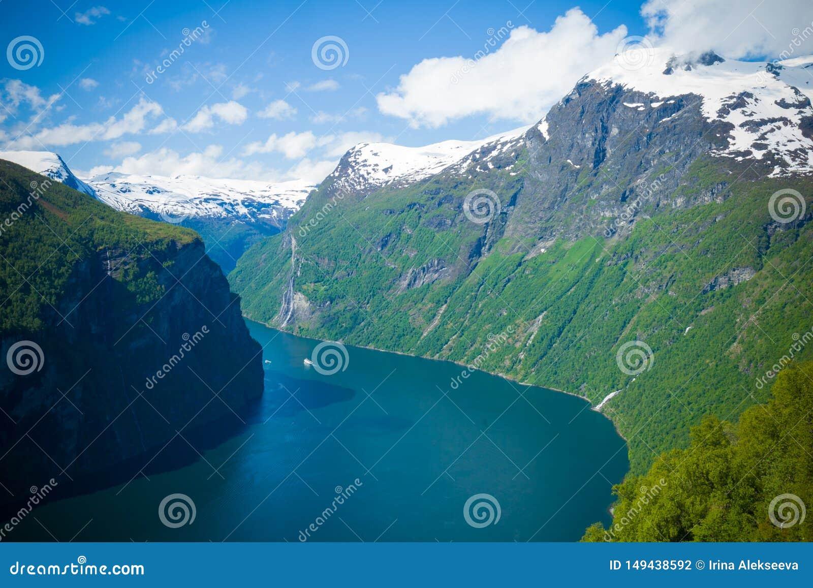 Fiordo magn?fico de Geiranger noruega Es un paisaje del cuento de hadas con sus tops de la monta?a, salvaje majestuoso, nevado y