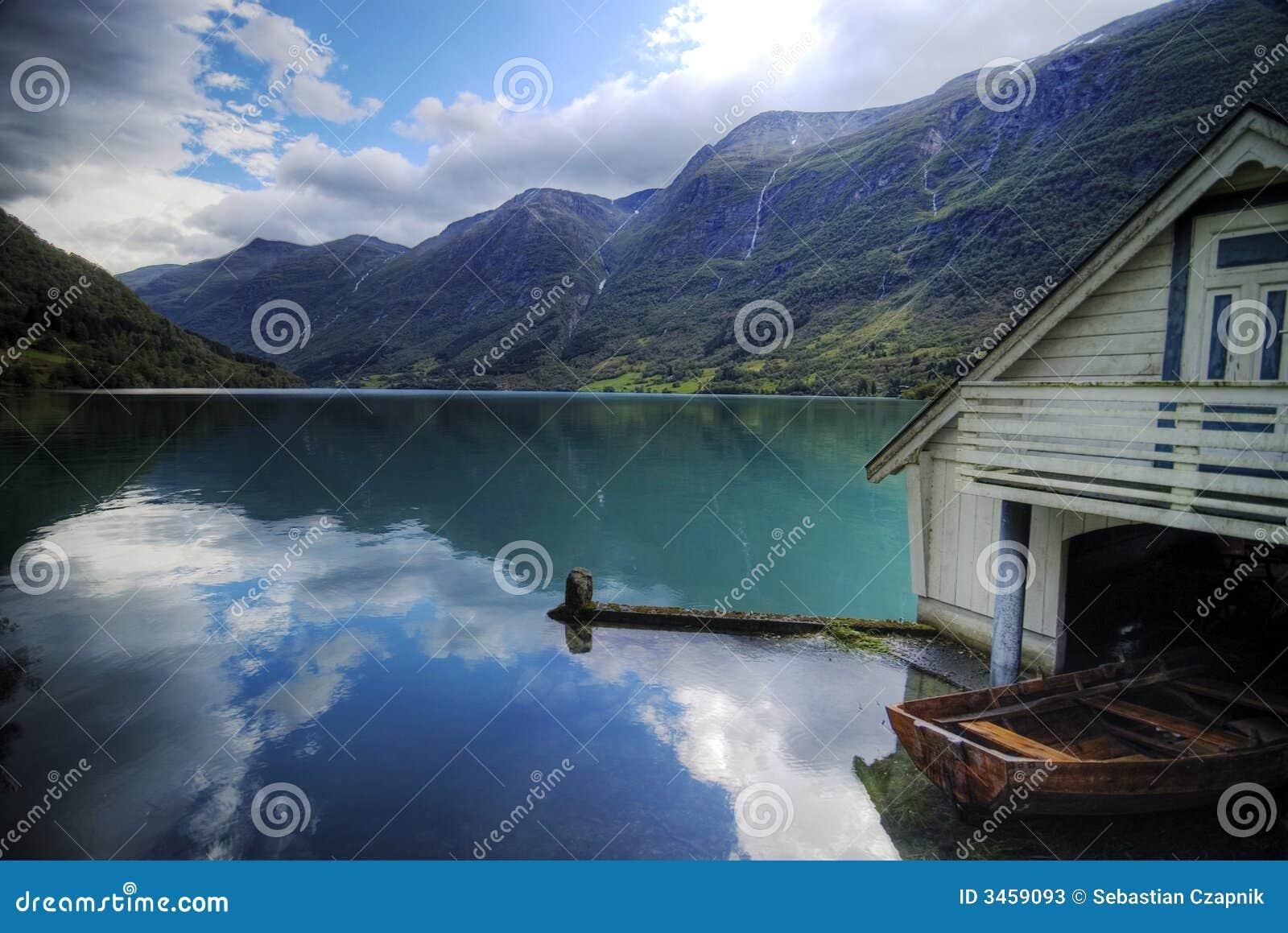 Fiordo y casa de barco. Noruega.