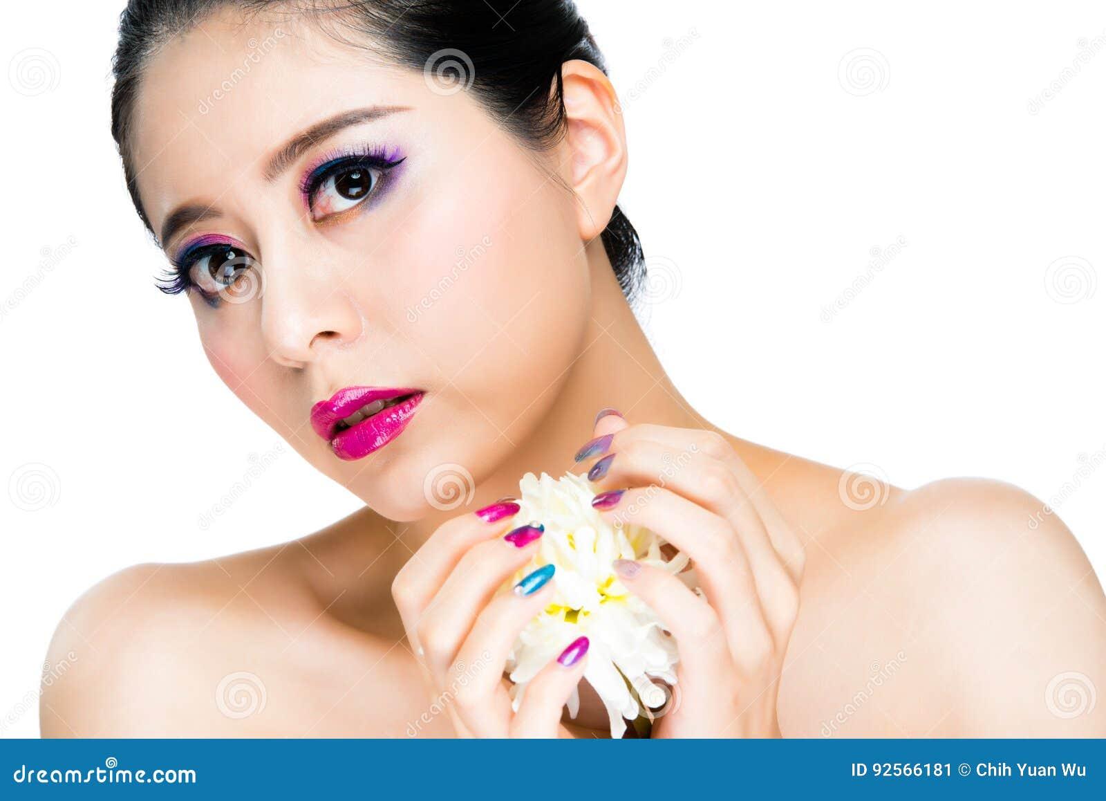 Fiore artistico della tenuta del modello della ragazza di espressione