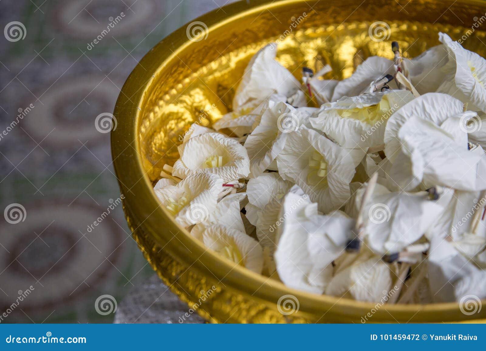 Fiore di carta nella cerimonia funerea nel buddismo