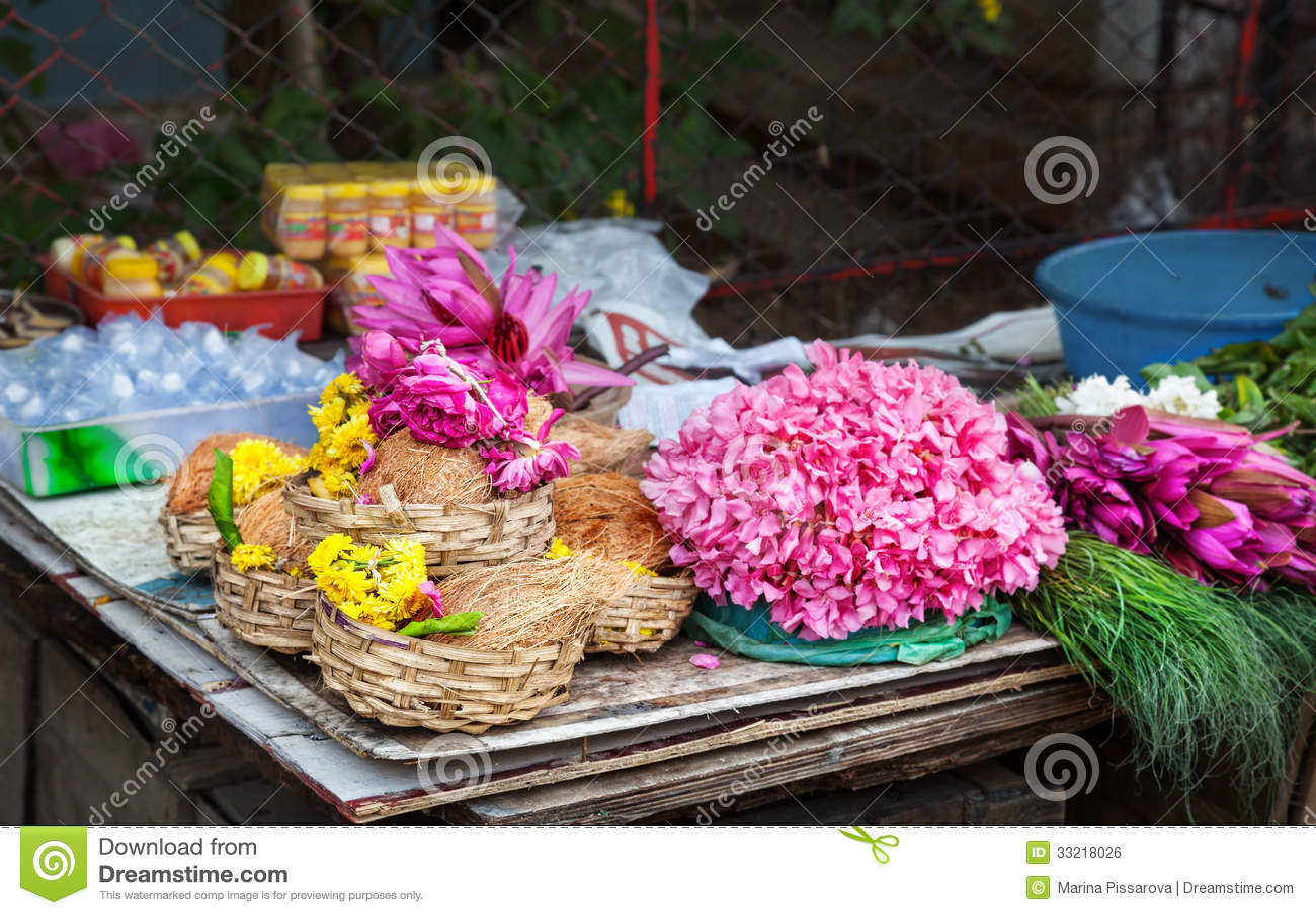 Fiore e noci di cocco in India