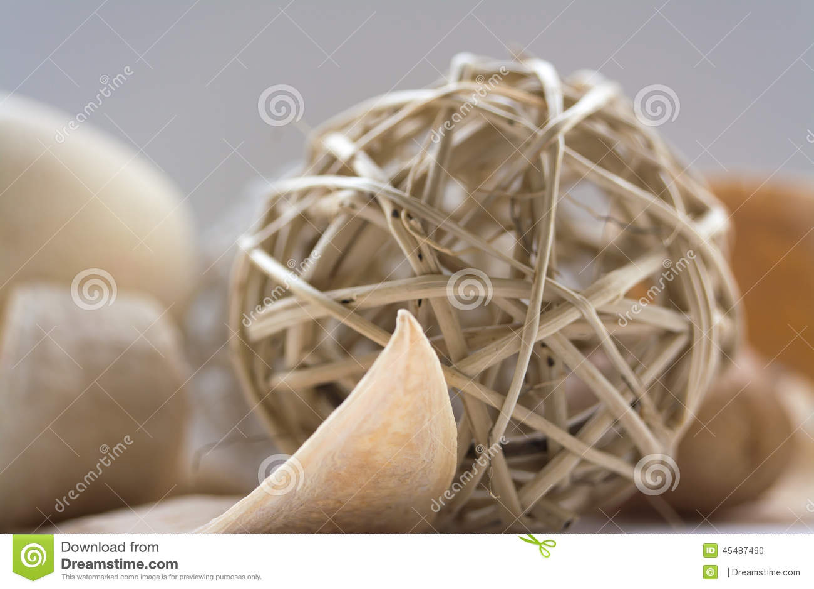 Fiore secco sistemato con le palle di vimini fotografia for Antifurto con le palle