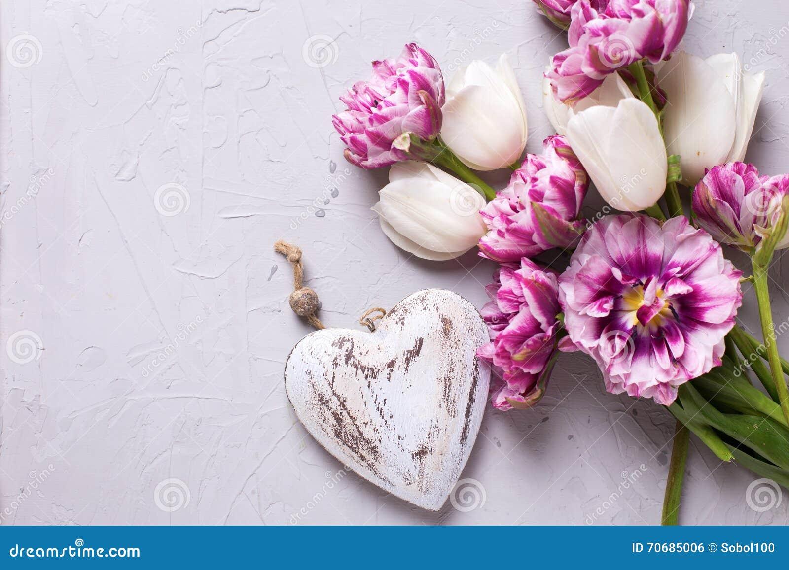 Fiori Bianchi Per Te Testo.Fiori Bianchi E Viola Dei Tulipani E Cuore Decorativo Su Te Grigio