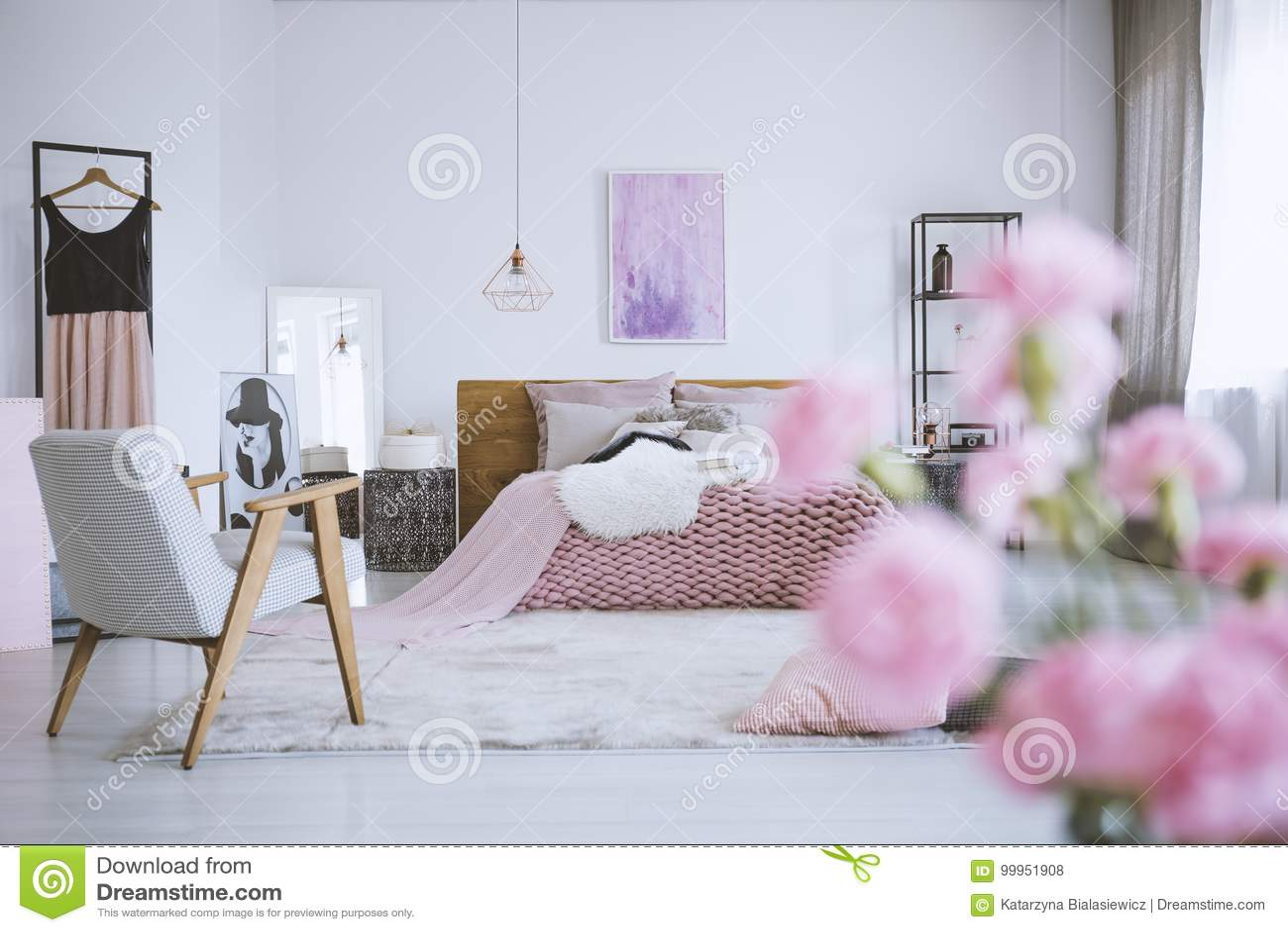 Camera Letto Rosa : Fiori in camera da letto rosa elegante fotografia stock immagine