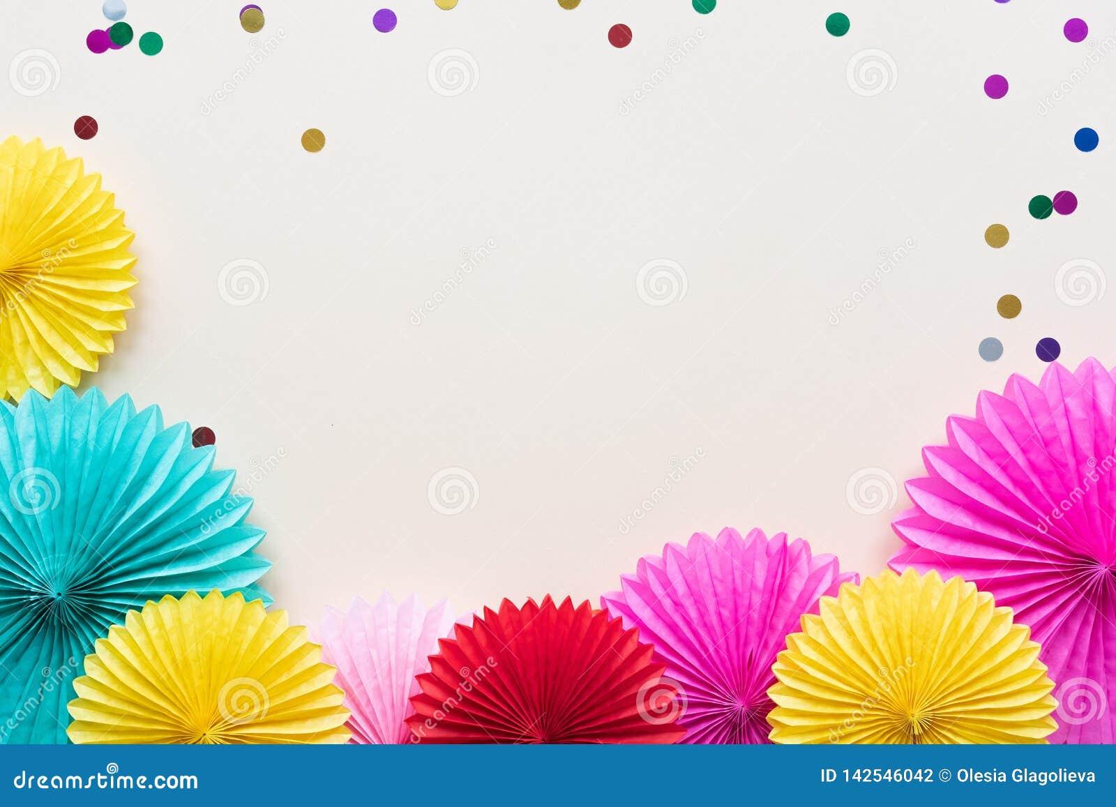 Fiori di carta sulla vista leggera del piano d appoggio Fondo del partito o festivo stile piano di disposizione Copi lo spazio pe