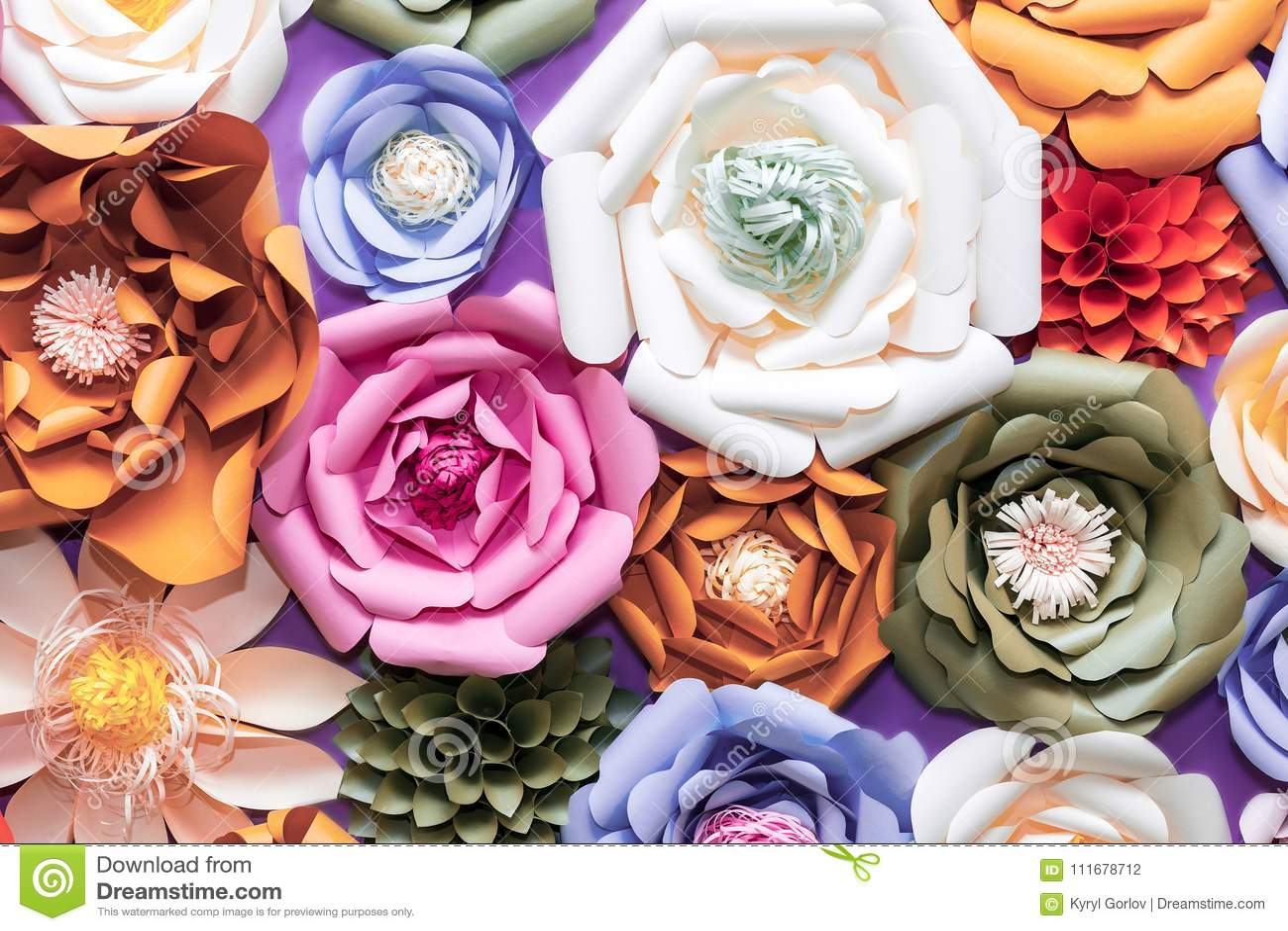 Fiori di carta variopinti sulla parete Decorazione floreale artificiale fatta a mano Fondo e struttura astratti della primavera b