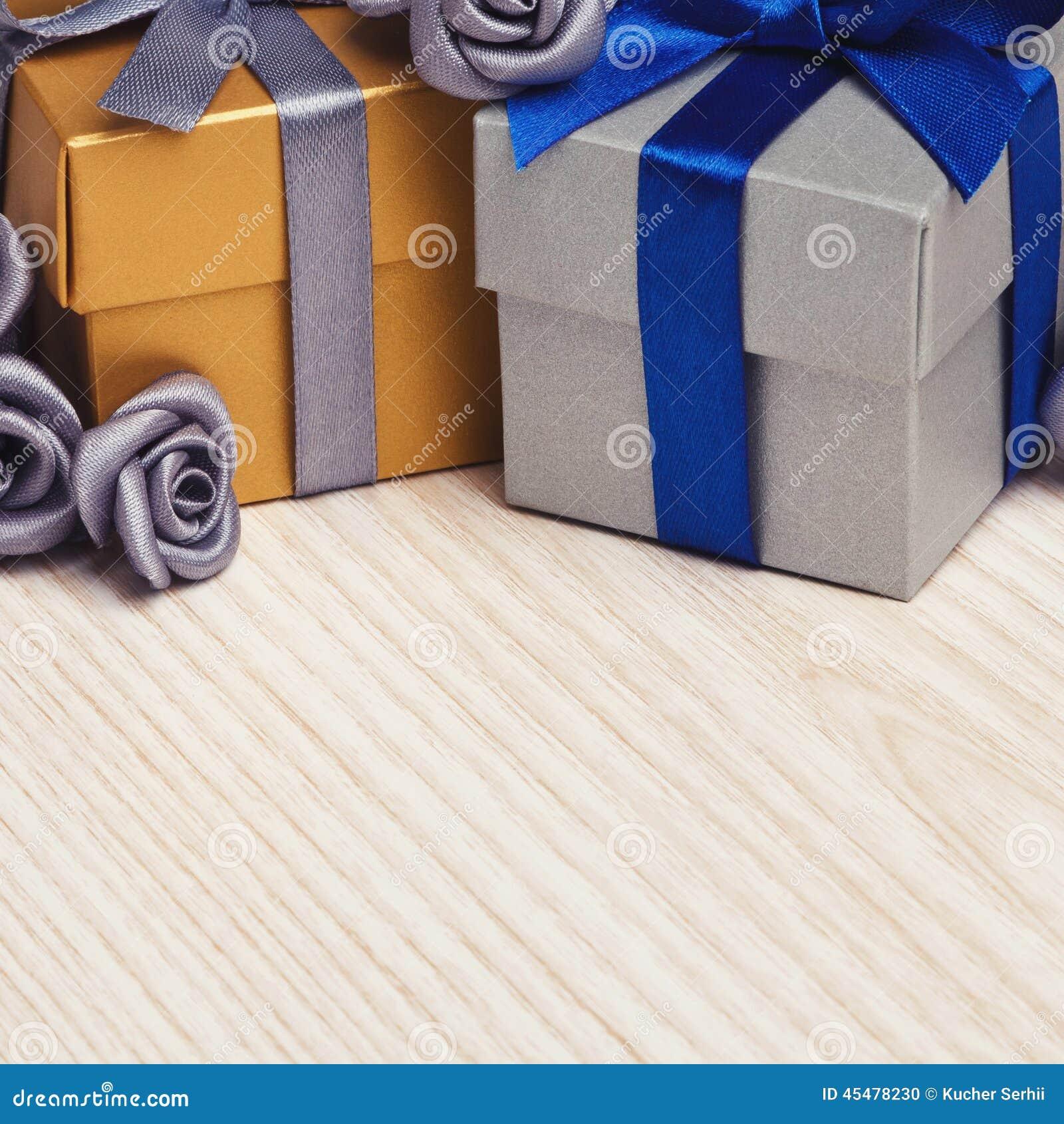 Fiori grigi e due contenitori di regalo