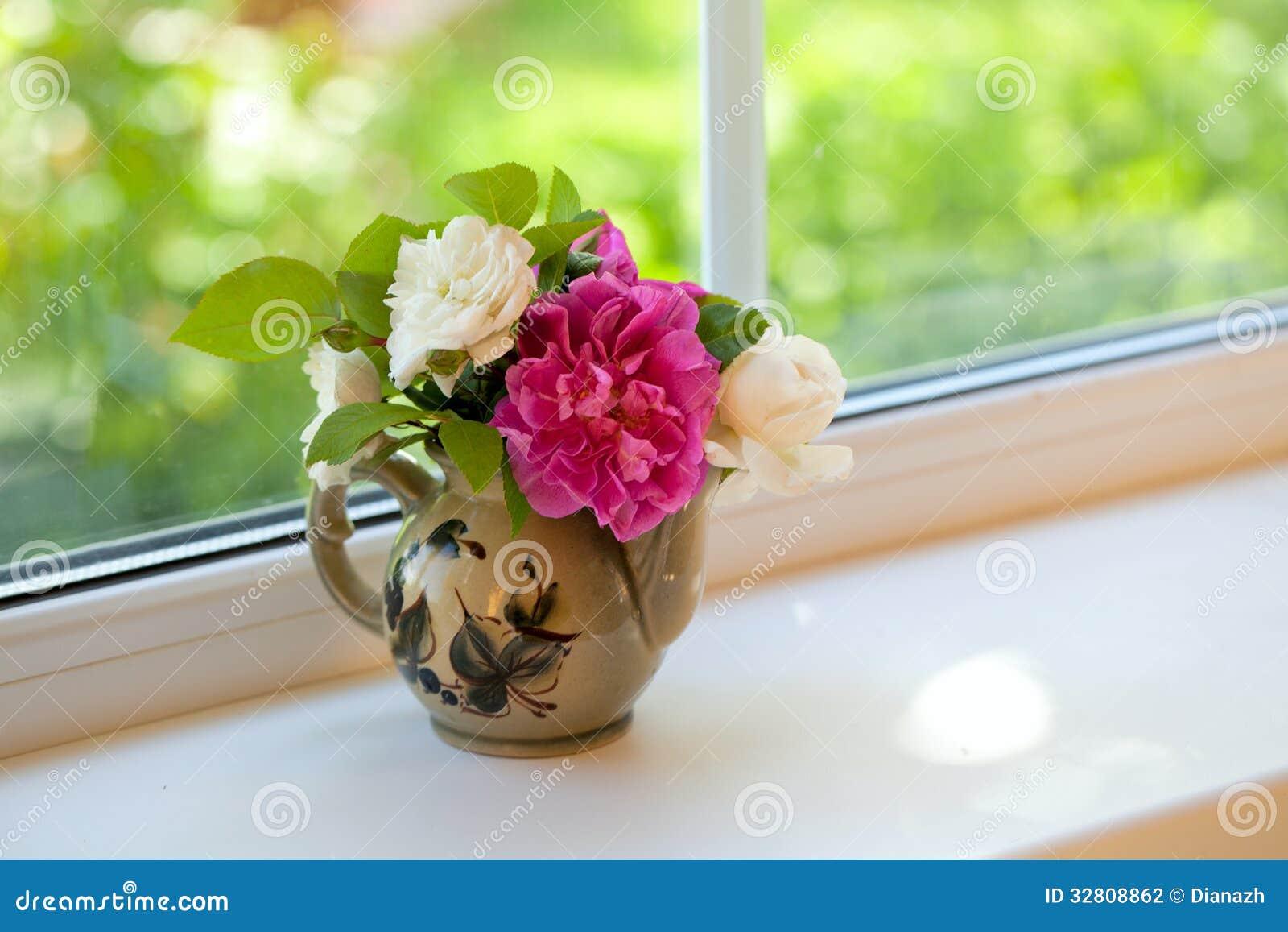 Fiori sul davanzale della finestra fotografia stock immagine di colore luce 32808862 - Fiori da finestra ...