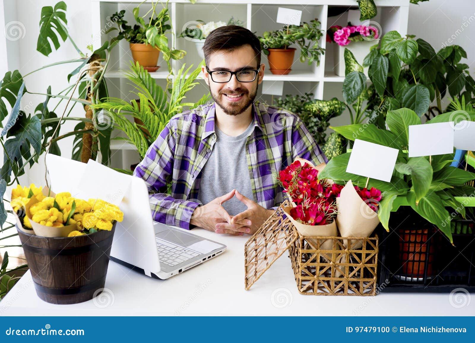 Fiorista maschio con i fiori