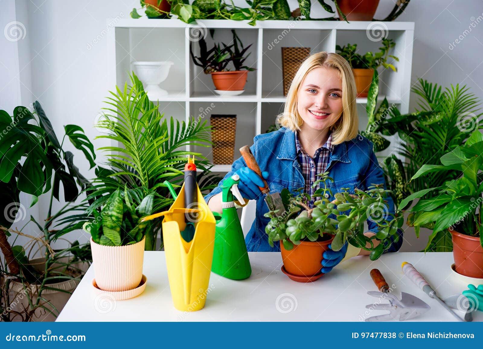 Fiorista sul lavoro in serra