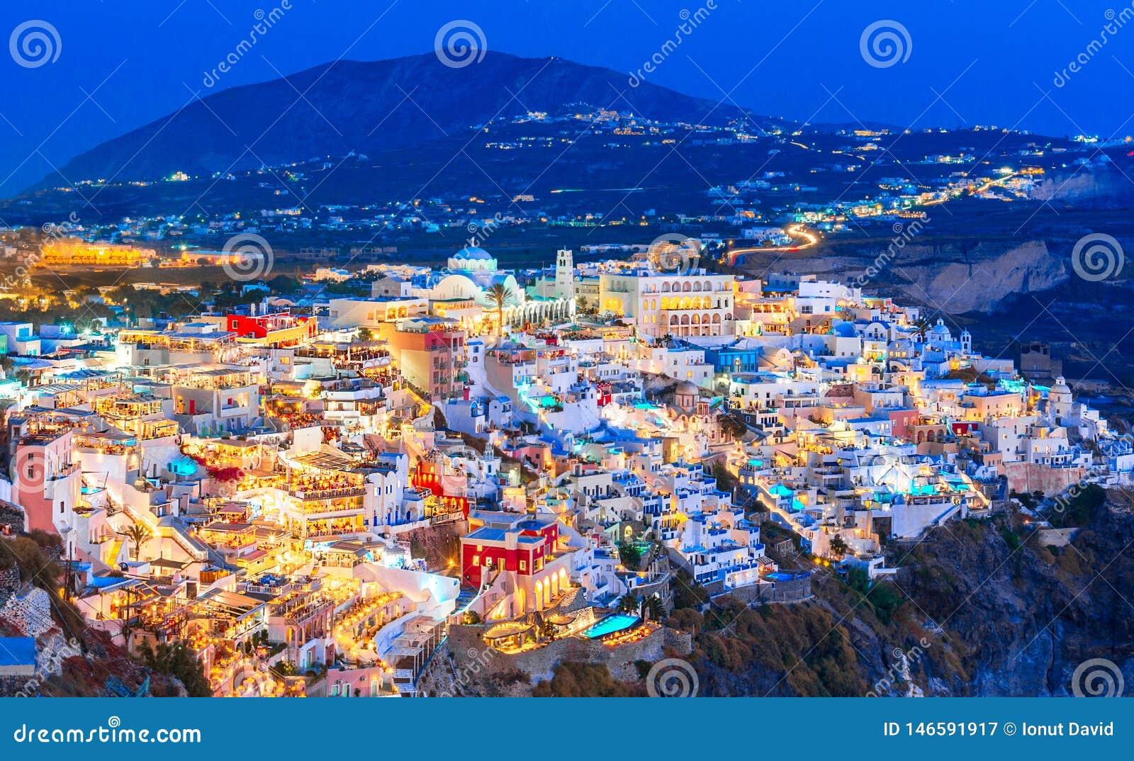 Fira, остров Santorini, Греция Обзор городка cliffside Thira, Fira с традиционной и известной белизной