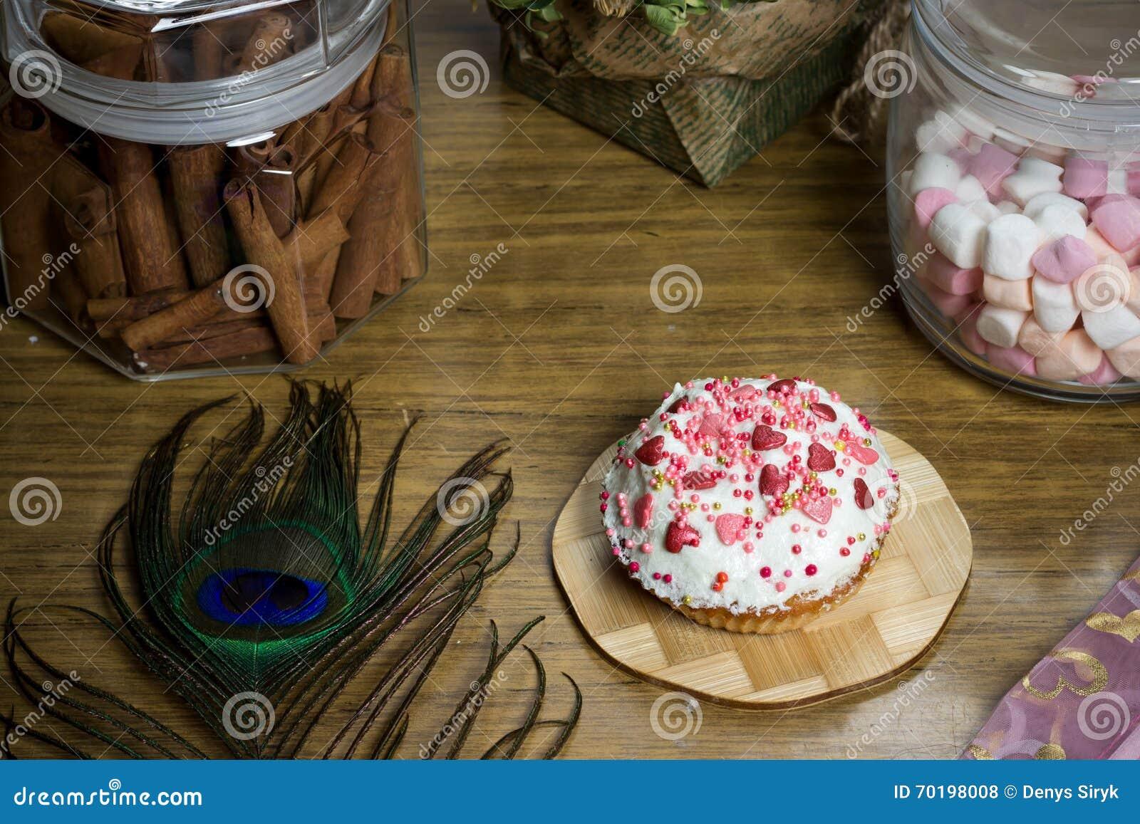Fira marshmallowen, muffin på trätabellen, födelsedagparti