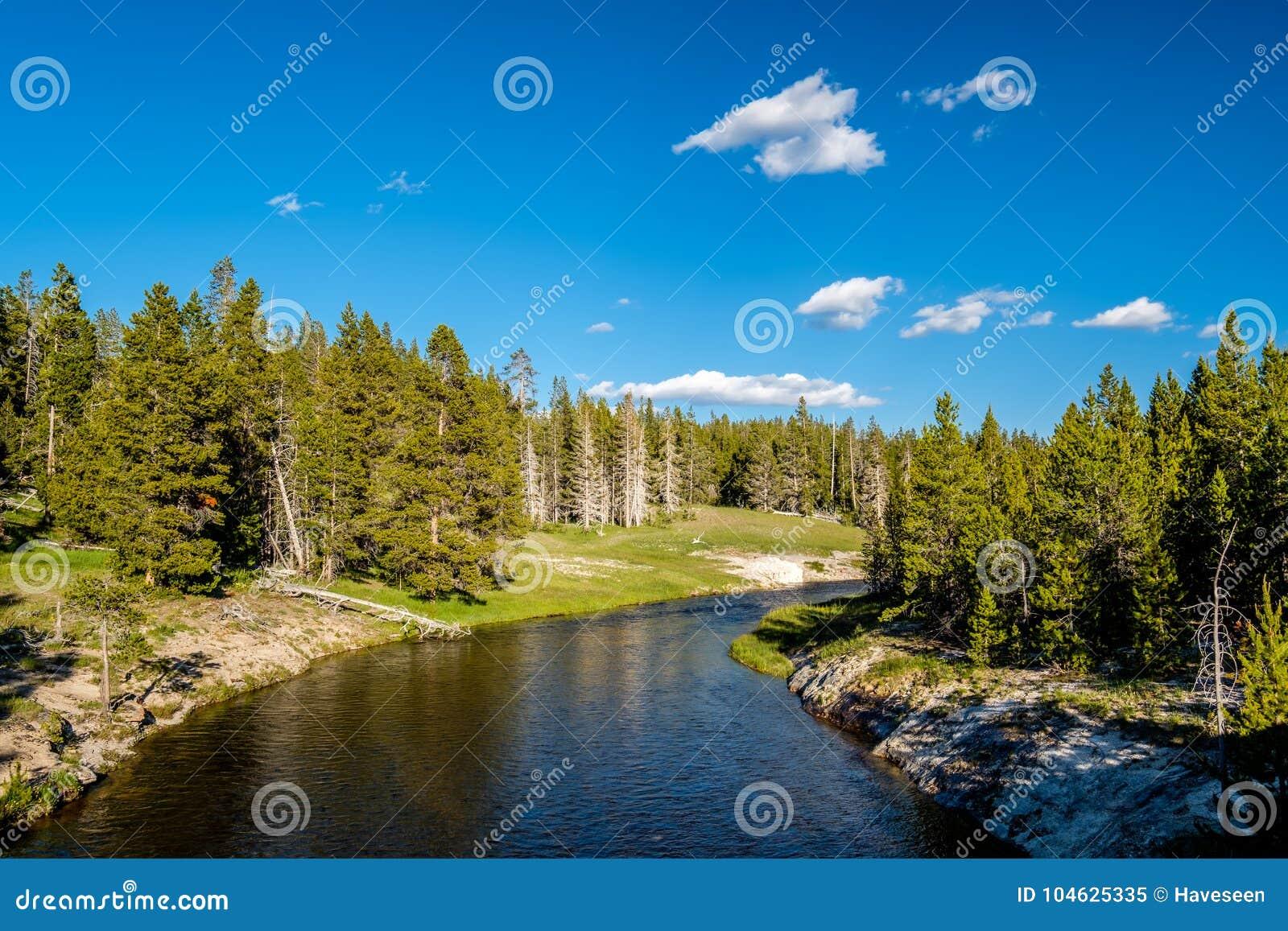 Download Fireholerivier, Het Nationale Park Van Yellowstone, Wyoming Stock Afbeelding - Afbeelding bestaande uit wolk, mening: 104625335