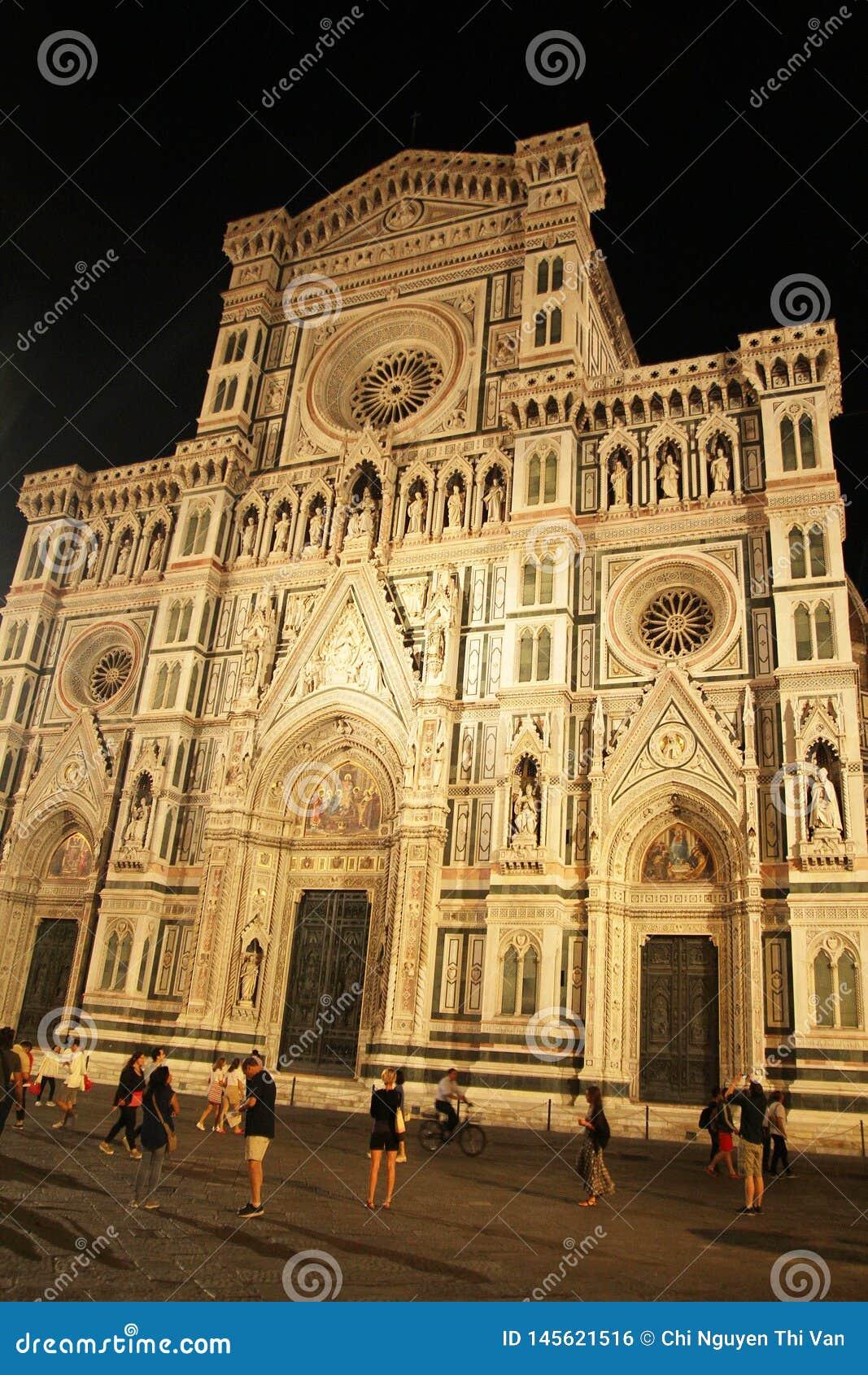 Firenze, Italia - 3 settembre 2017: Cattedrale del quadrato di Beautiful Piazza del Duomo Cathedral nella notte