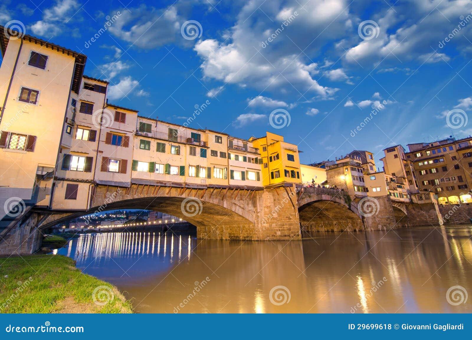 Firenze, Italia. Tramonto meraviglioso sopra Ponte magnifico Vecchi