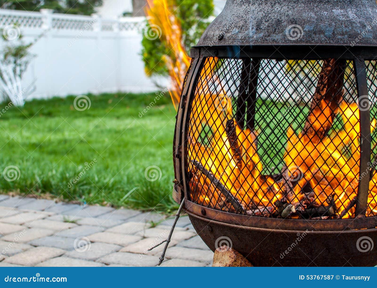 Firepit w podwórku z huczenie ogieniem