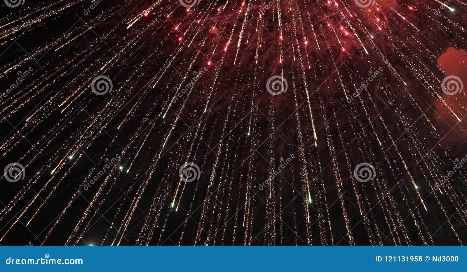 Firework Fogo de artifício brilhante comemorativo em um céu noturno