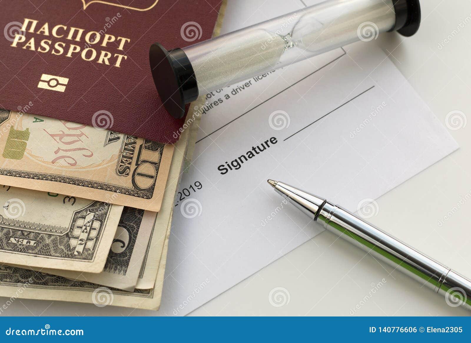 Firma de un documento Pasaporte de la Federación Rusa con los billetes de banco de los dólares americanos,