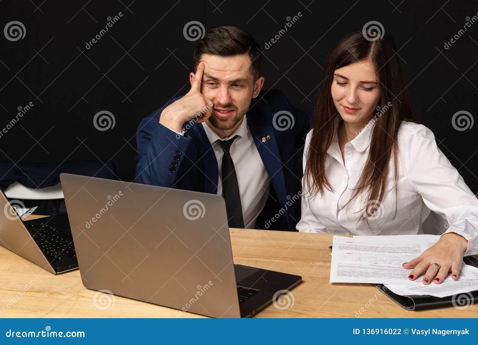 Firma-executiv, das jungen persönlichen Sekretärassistenten trainiert