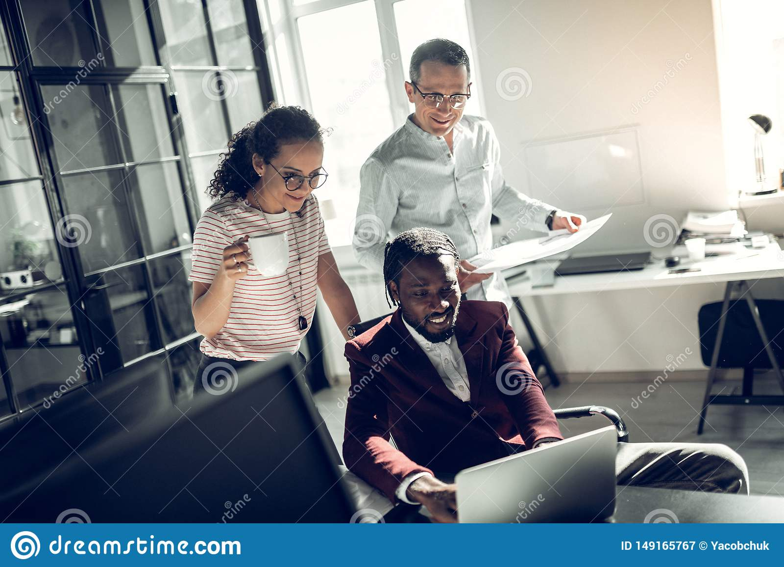 Firma freelancers ono u?miecha si? podczas gdy pracuj?cy wp?lnie