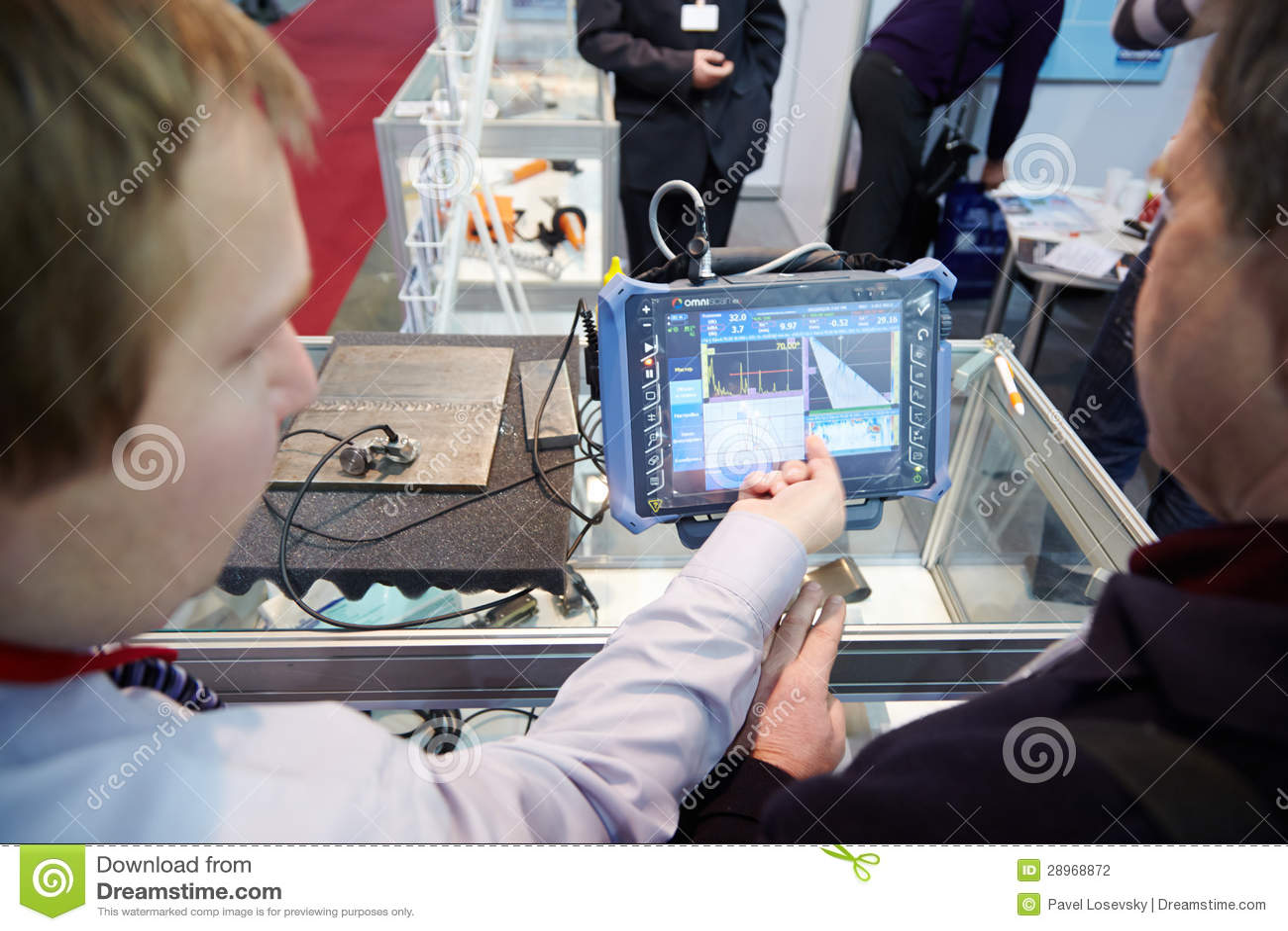 Firma przedstawiciel wyjaśnia operację przenośny modularny defectoscope