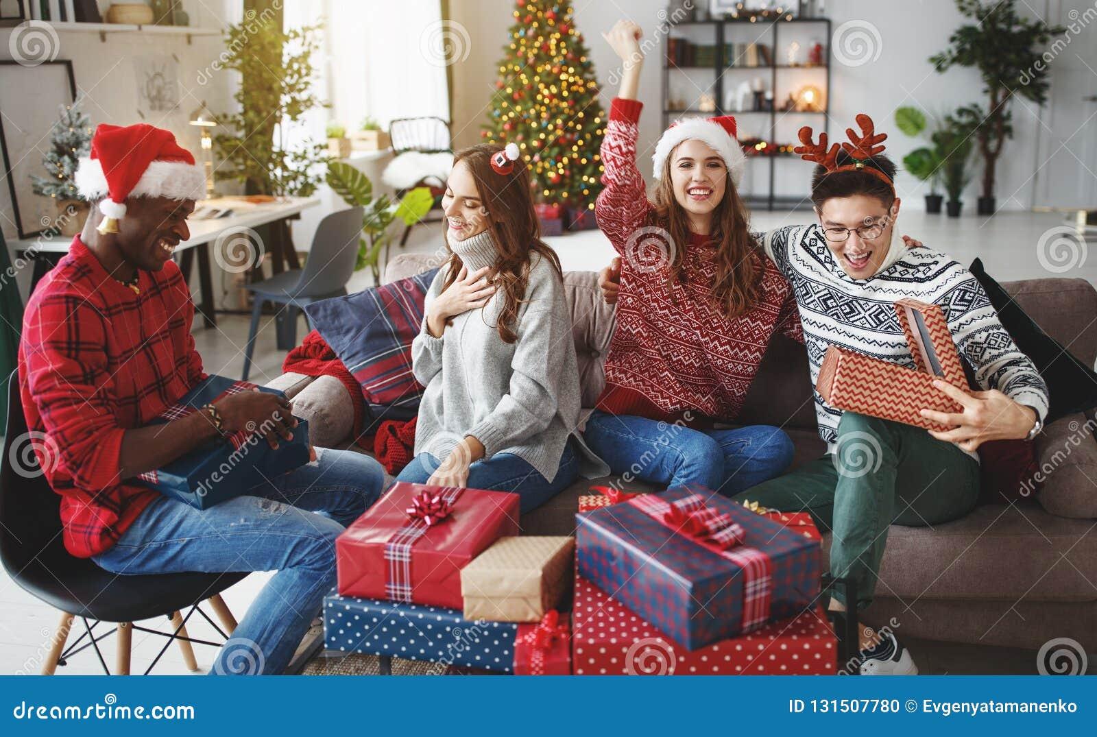 Firma von den glücklichen Freunden, die Weihnachten und neues Jahr feiern
