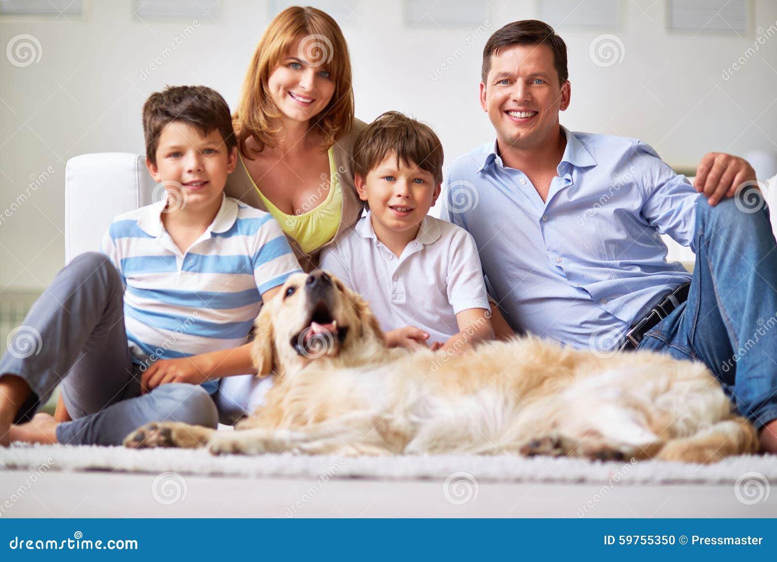Firma von Leuten und von Hund