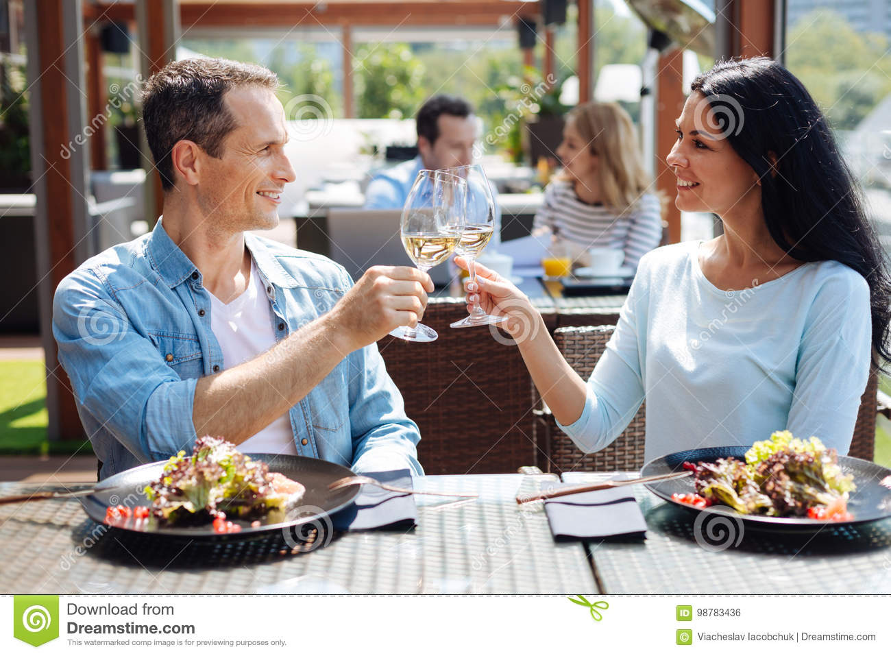 First date meeting for drinks